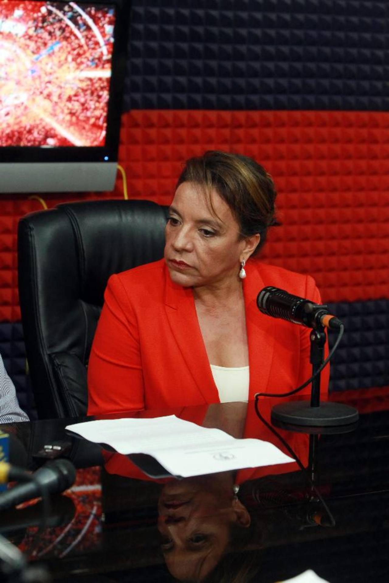 La candidata presidencial del izquierdista partido Libre, Xiomara Castro, esposa del expresidente Manuel Zelaya, ayer durante un programa del canal Globo TV en Tegucigalpa. Foto edh/EFE