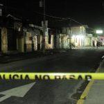 Dos supuestos pandilleros murieron ayer en Apopa. Uno de ellos fue atacado a balazos por un pandillero rival, pero murió al ser atropellado por un auto cuando huía. FOTO EDH / Jorge Reyes