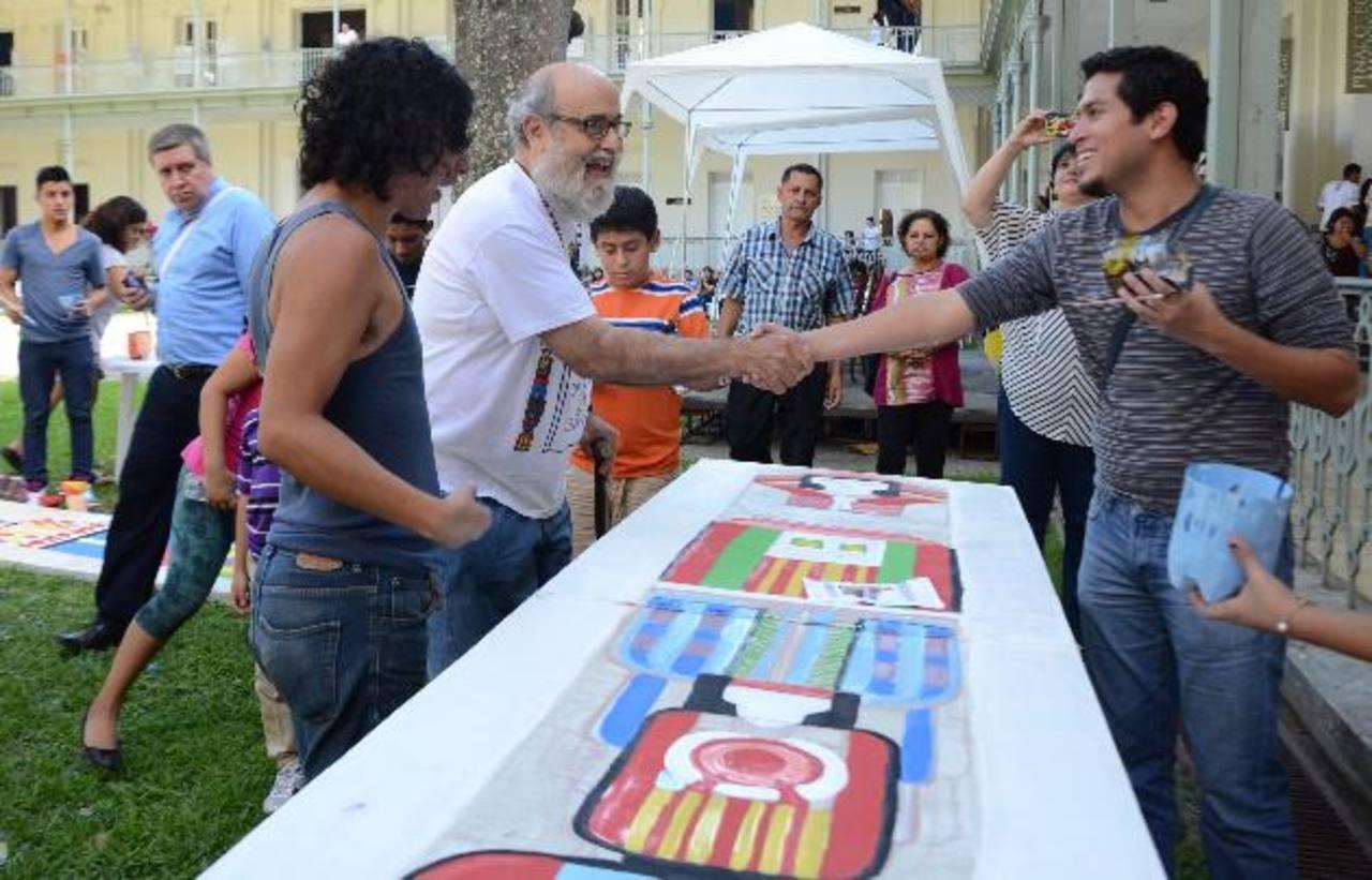 El homenajeado saluda a jóvenes que participaron en la actividad. foto edh / lissette lemus