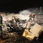 Bomberos y rescatistas en el lugar donde se estrelló un avión de pasajeros ruso cerca de Kazán, la capital de Tartaristán. Foto/ AP