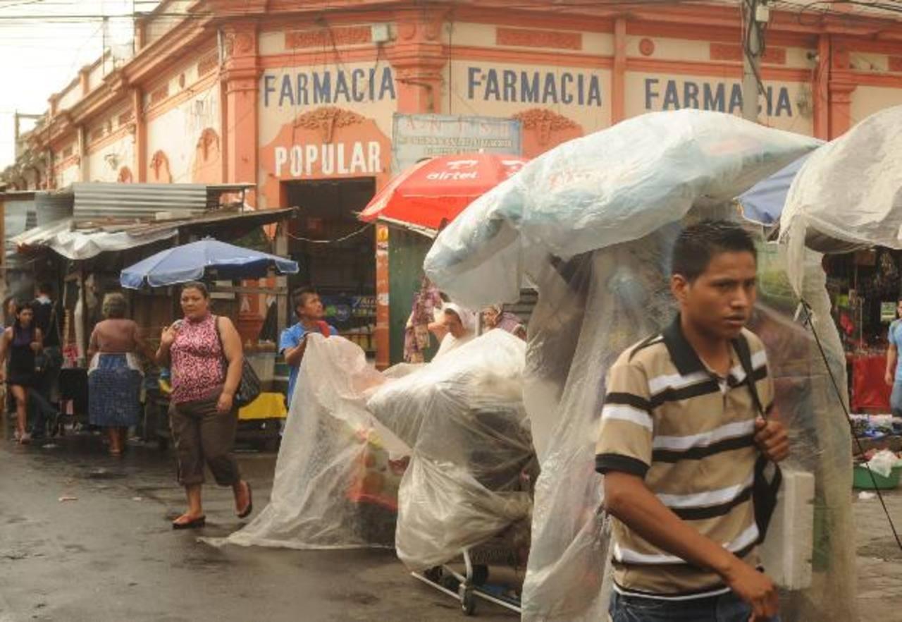 Este local de Farmacia Popular fue visitado por personal de la DNM en noviembre de 2012, cuando dicha dependencia ordenó su cierre por, entre otras acusaciones, vender fármacos vencidos y otros sin registro sanitario. Foto EDH / Liset Monterrosa