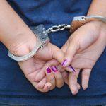 La PNC arrestó a la mujer cuando ocultaba las armas y caminaba junto a un niño. FOTO EDH Archivo.