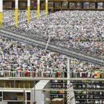 Un empleado recorre un centro de abastecimiento de Amazon.com en Phoenix, EEUU