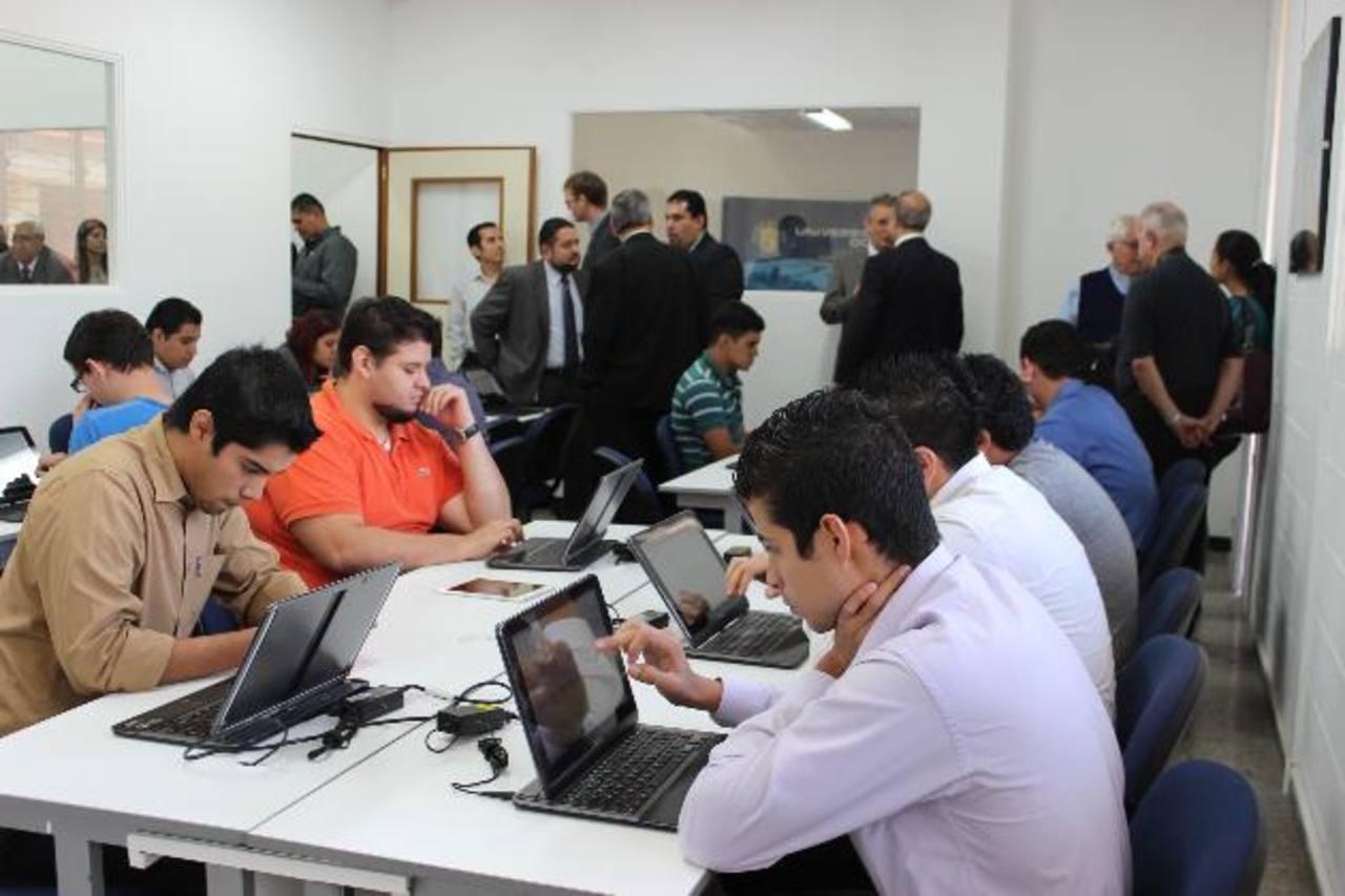 Estudiantes trabajan en las instalaciones del Centro de Innovación de Software para Móviles (Mosaic, por su sigla en inglés) que la UDB inauguró el pasado jueves 5 de diciembre.