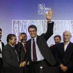El director general de la Organización Mundial de Comercio (OMC), el brasileño Roberto Azevêdo, saluda mientras es felicitado por delegados de los países miembros luego de que alcanzaran el histórico acuerdo de facilitación del comercio mundial, el p