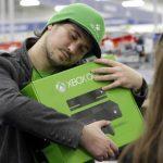 Emanuel Jumatate, de Chicago, abraza la caja de su nueva consola Xbox One después de comprarla en una tienda de la cadena Best Buy