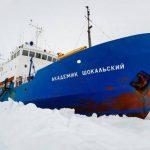 Imagen del 25 de diciembre tomada por la Autoridad de Seguridad Marítima australiana que muestra al buque ruso con 50 turistas y 20 miembros de la tripulación a bordo, atrapado entre bloques de hielo en la Antártida. Foto edh / agencia efe
