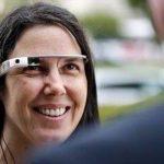 Cecilia Abadie usa sus Google Glass mientras habla con su abogado afuera de la corte de transito. Foto/ AP