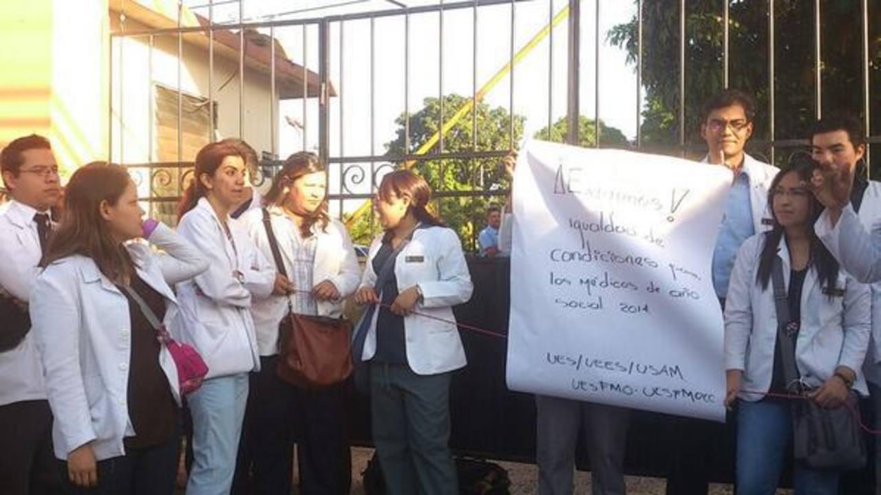 Egresados de Medicina protestan en la Universidad Andrés Bello. FOTO EDH Claudia Castillo, via Twiter.