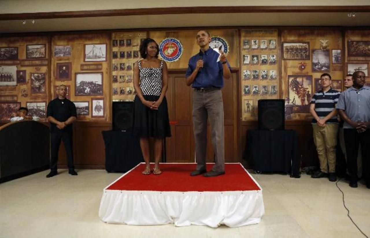El presidente estadounidense Barack Obama y la primera dama Michelle Obama en la base de la Infantería de Marina en Hawái. Foto/ Reuters