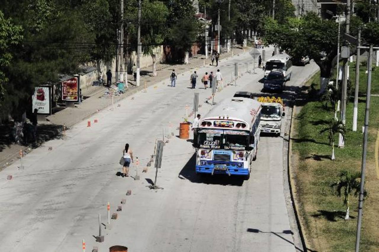 El tramo abierto la semana pasada por el presidente Funes sigue sin utilizarse, por el cierre desde la exFeria y porque no está concluido y mantiene obstáculos que impiden la circulación.