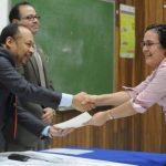 Julio Robles Ticas, director de Hospitales, entrega el diploma de reconocimiento a una trabajadora de salud. Foto EDH / L. Lemus