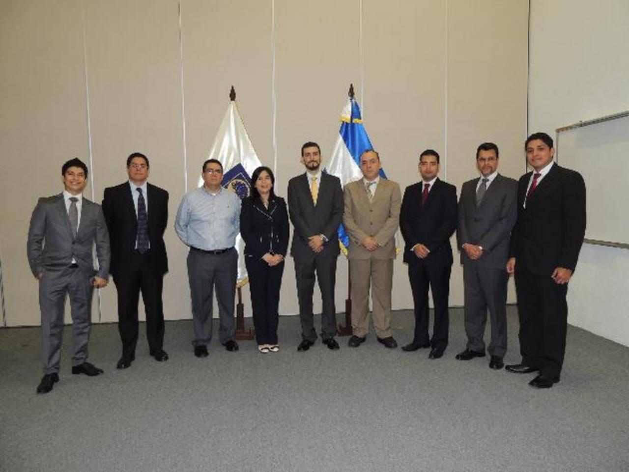Ing. Mauricio Sven Guzmán, decano de la Carrera de Ingeniería de Negocios de ESEN (al centro), acompañado de estudiantes.