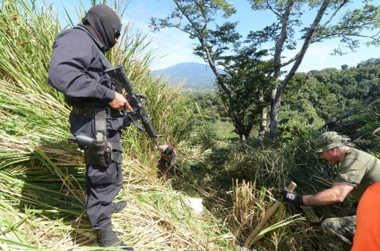 Autoridades forenses y fiscales sospechan que podría haber otros 20 cadáveres en las fosas de Lourdes. Foto EDH / Archivo