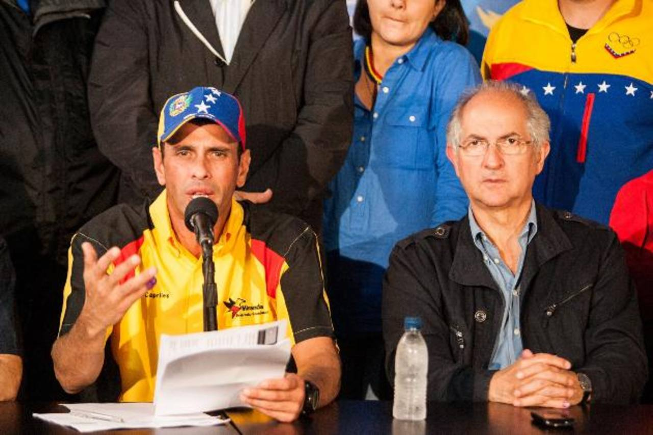 El líder opositor Henrique Capriles (iz) anunció que mantendrá su lucha contra el Gobierno de Nicolás Maduro. foto edh / efe