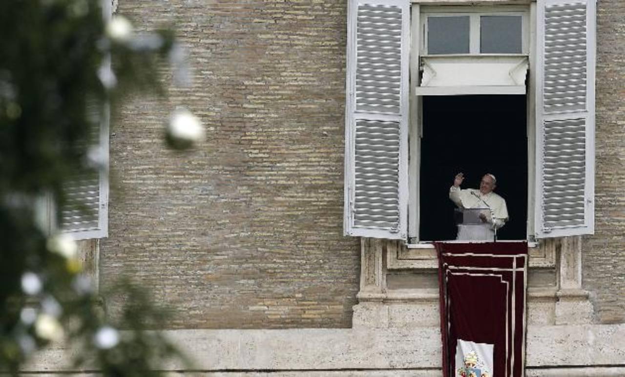 El papa Francisco ofreció un sermón tradicional ante miles de personas en la Plaza San Pedro del Vaticano en el día en el que la Iglesia conmemora a San Esteban, el primer mártir católico. Foto/ AP