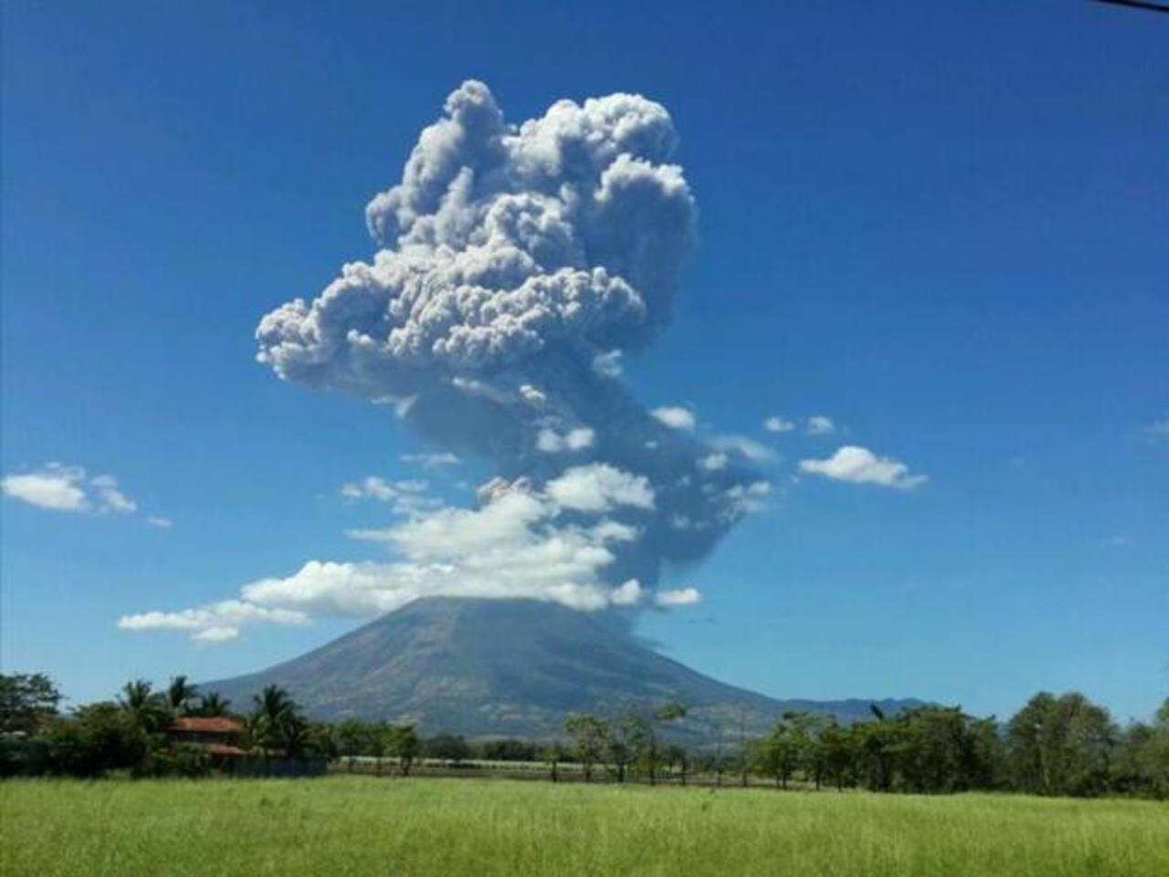 Así se ve el volcán en San Miguel. Foto EDH/@romartinezfranc