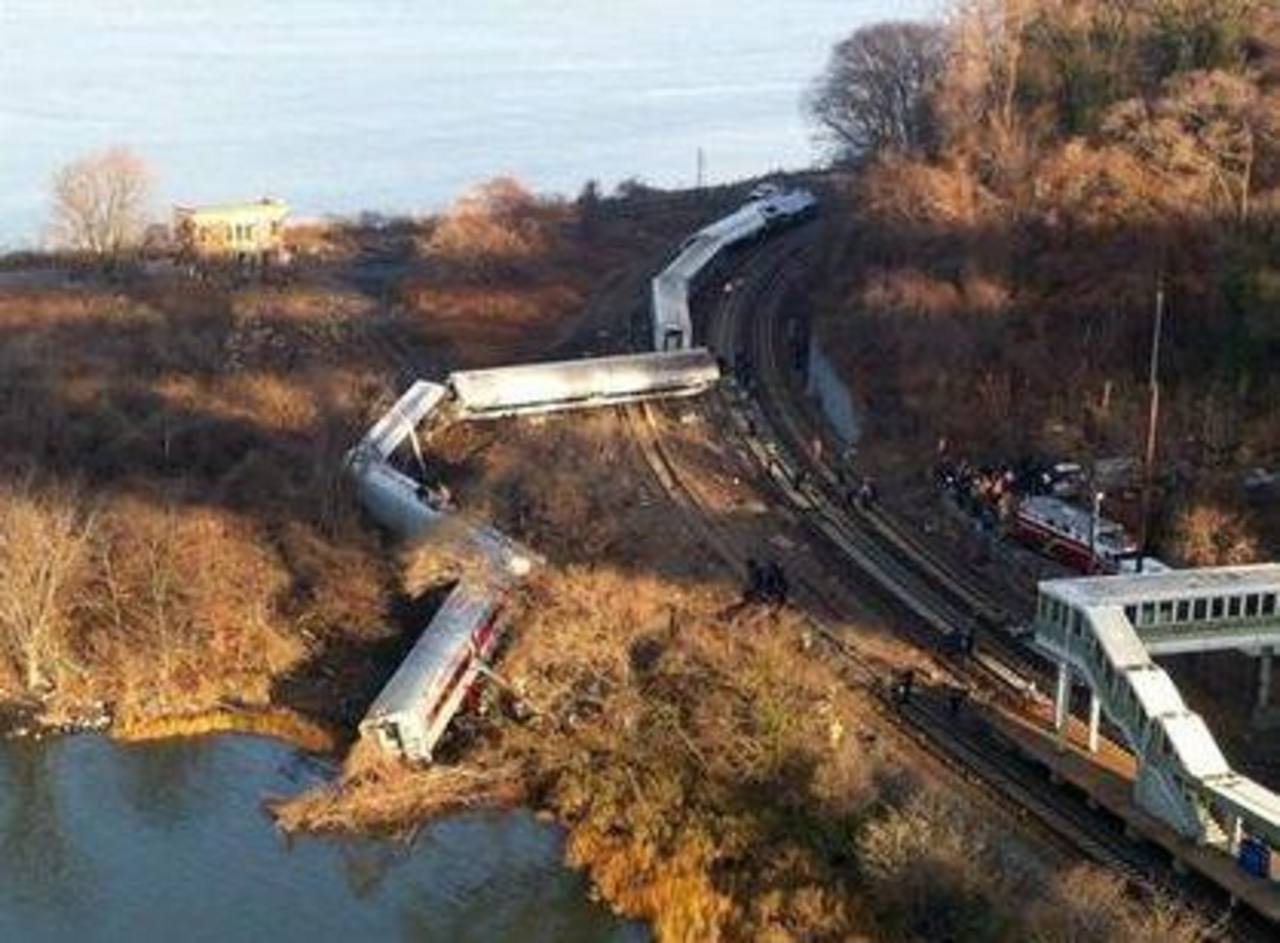 Vagones de un tren de pasajeros de la línea Metro Norte de Nueva York se descarrilaron. Foto/ AP
