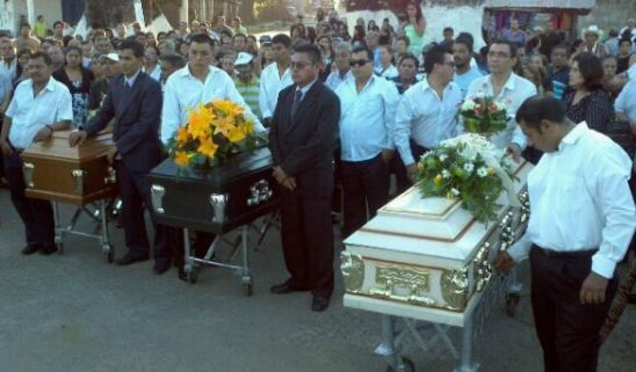 Dan el último adiós a los Montano Guandique en San Vicente. Foto vía Twitter Marlon Hernández