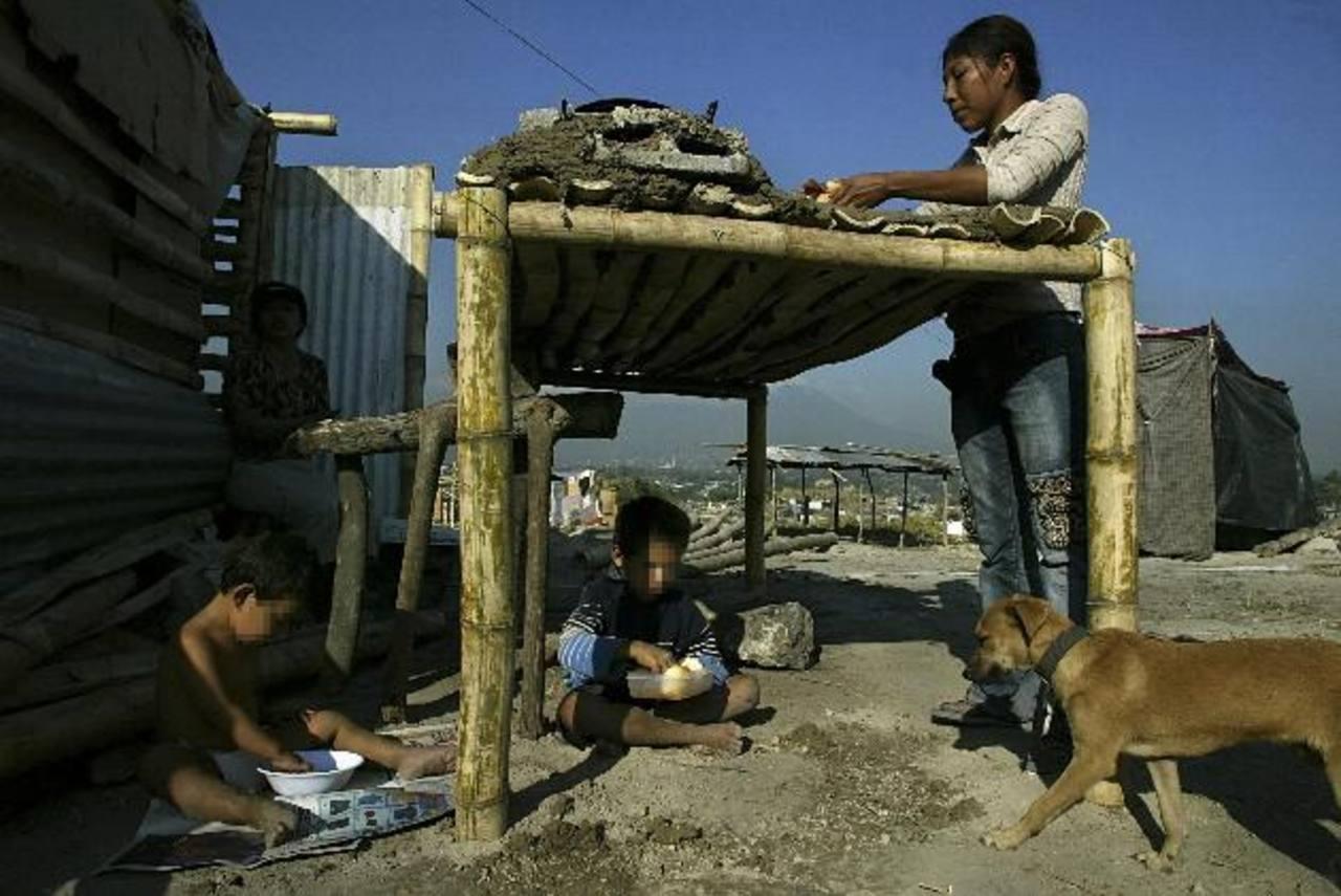 A medida que los salvadoreños se alejan de las zonas urbanas, este tipo de imágenes es frecuente. Los datos de Cepal confirman la alta pobreza del país. foto edh / archivo