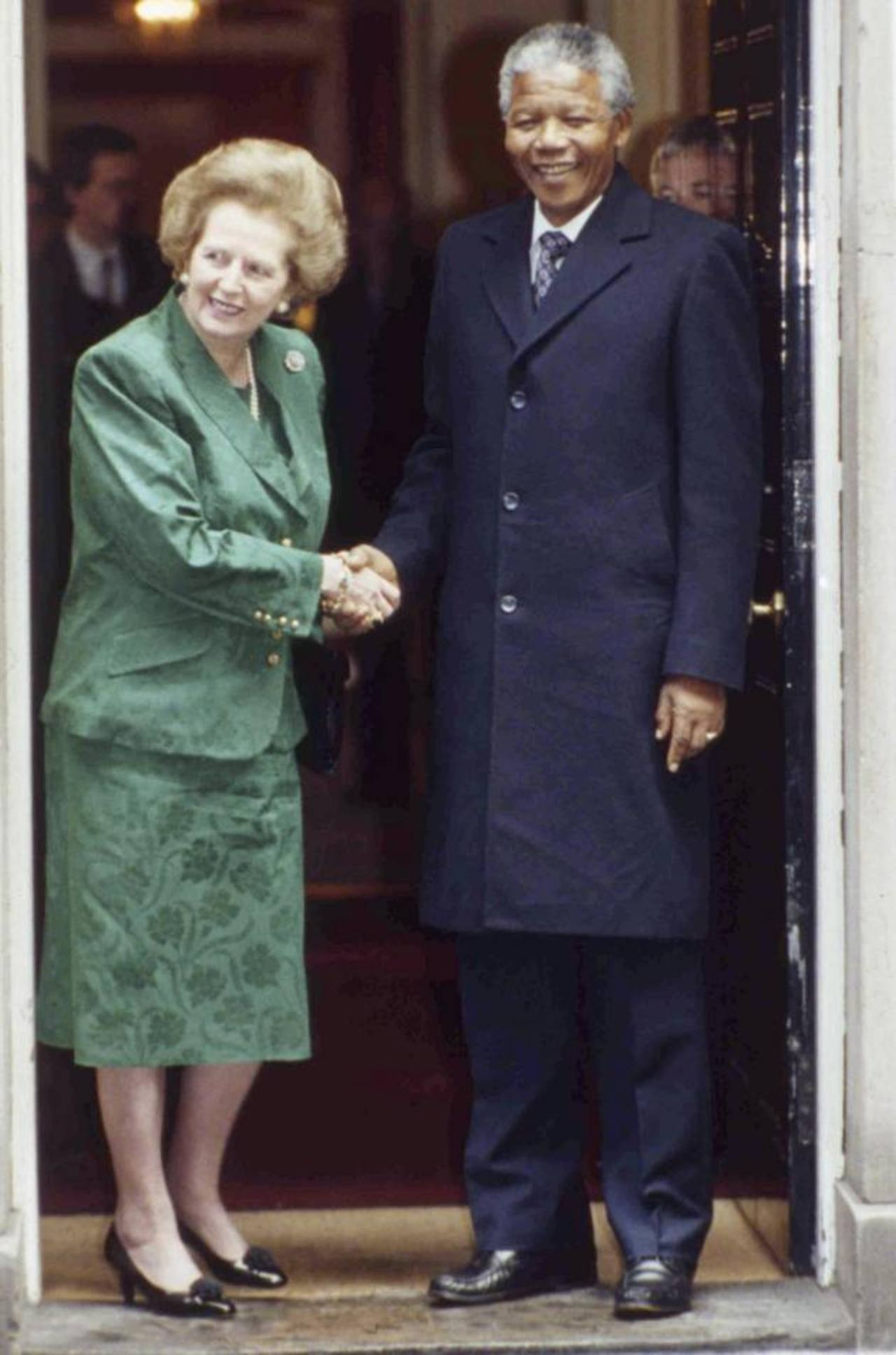 """Julio de 1990. La primera ministra británica Margaret Thatcher estrecha la mano de Mandela, tras una reunión en Londres. Muchos creen que ella ayudó a poner fin al """"apartheid"""". edh /archivo"""