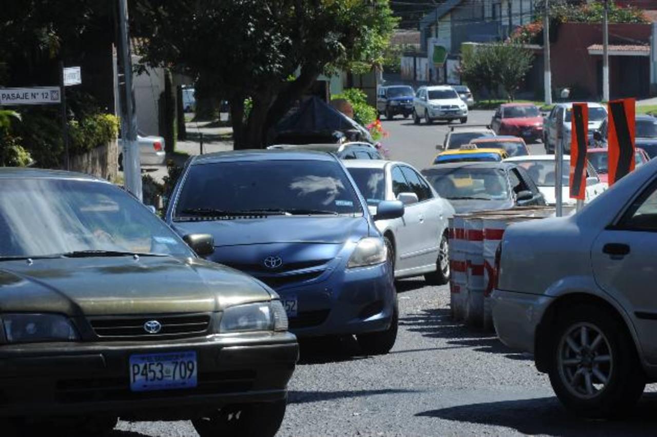 El bulevar del Hipódromo, en la colonia San Benito, luce congestionado desde el jueves. En los alrededores del centro comercial Multiplaza, el tráfico sigue siendo lento en horas pico. Foto edh / Lissette MONTERROSA