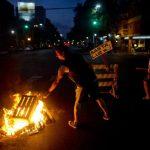 Las protestas por los apagones en Buenos Aires continúan en la capital argentina. foto edh / AP