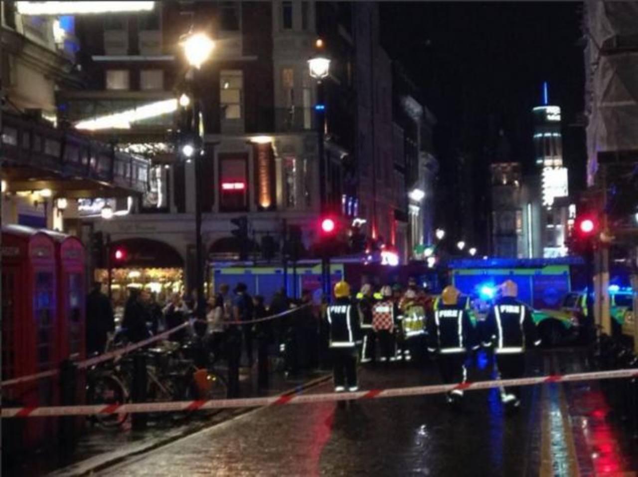 Autoridades londinenses reportan varios heridos, luego que colapsara el techo del teatro Apollo. FOTO vía @ActualidadRT