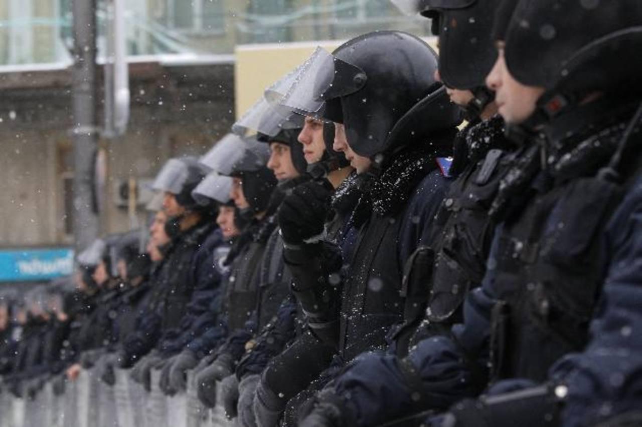 Policía antidisturbios monta una barricada en la Plaza de la Independencia en Kiev.