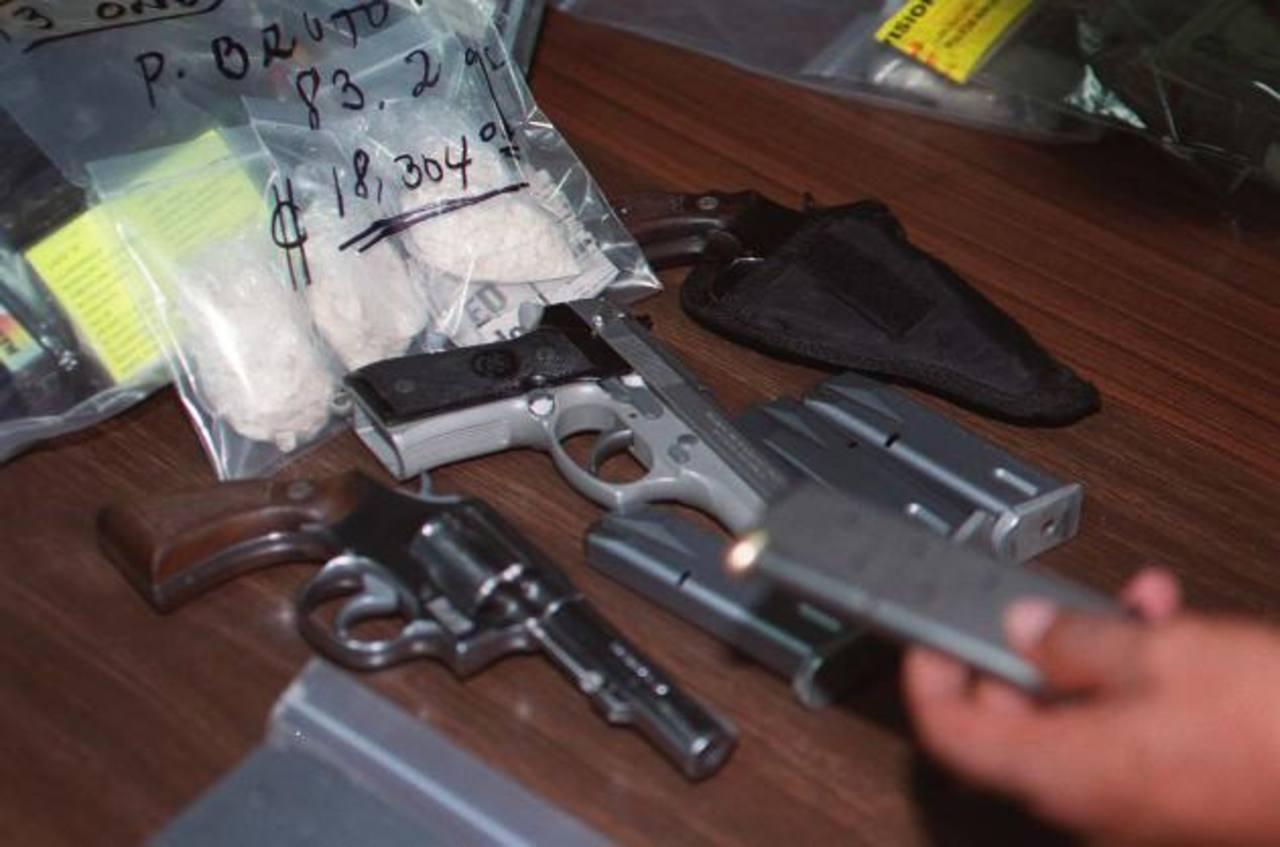 Muchas de las armas fueron decomisadas tanto a pandilleros, como a gente vinculada con el tráfico de drogas, entre otros. Foto edh / Archivo