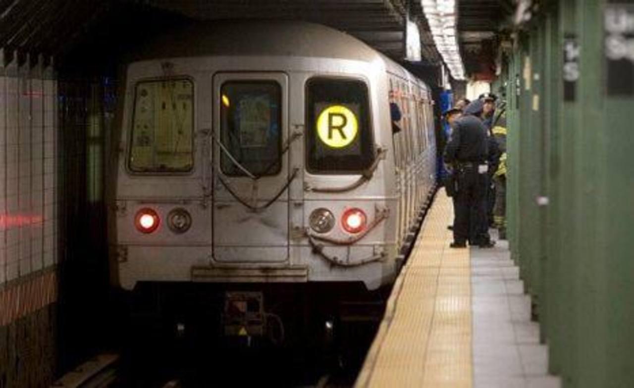 Un hombre sobrevivió luego de caer a los rieles frente a un tren subterráneo de la ciudad de Nueva York. Foto tomada del New York Post