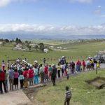 En Qunu esperaron ansiosos el paso del coche fúnebre con el ataúd de Mandela, quien hoy será sepultado. foto edh/EFE