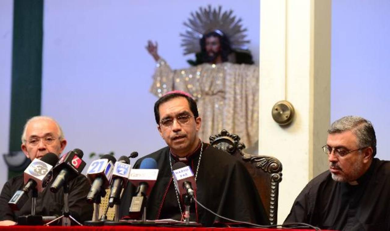 El arzobispo José Luis Escobar, acompañado de monseñor Jesús Delgado y monseñor Rafael Urrutia. Foto EDH / Omar Carbonero.
