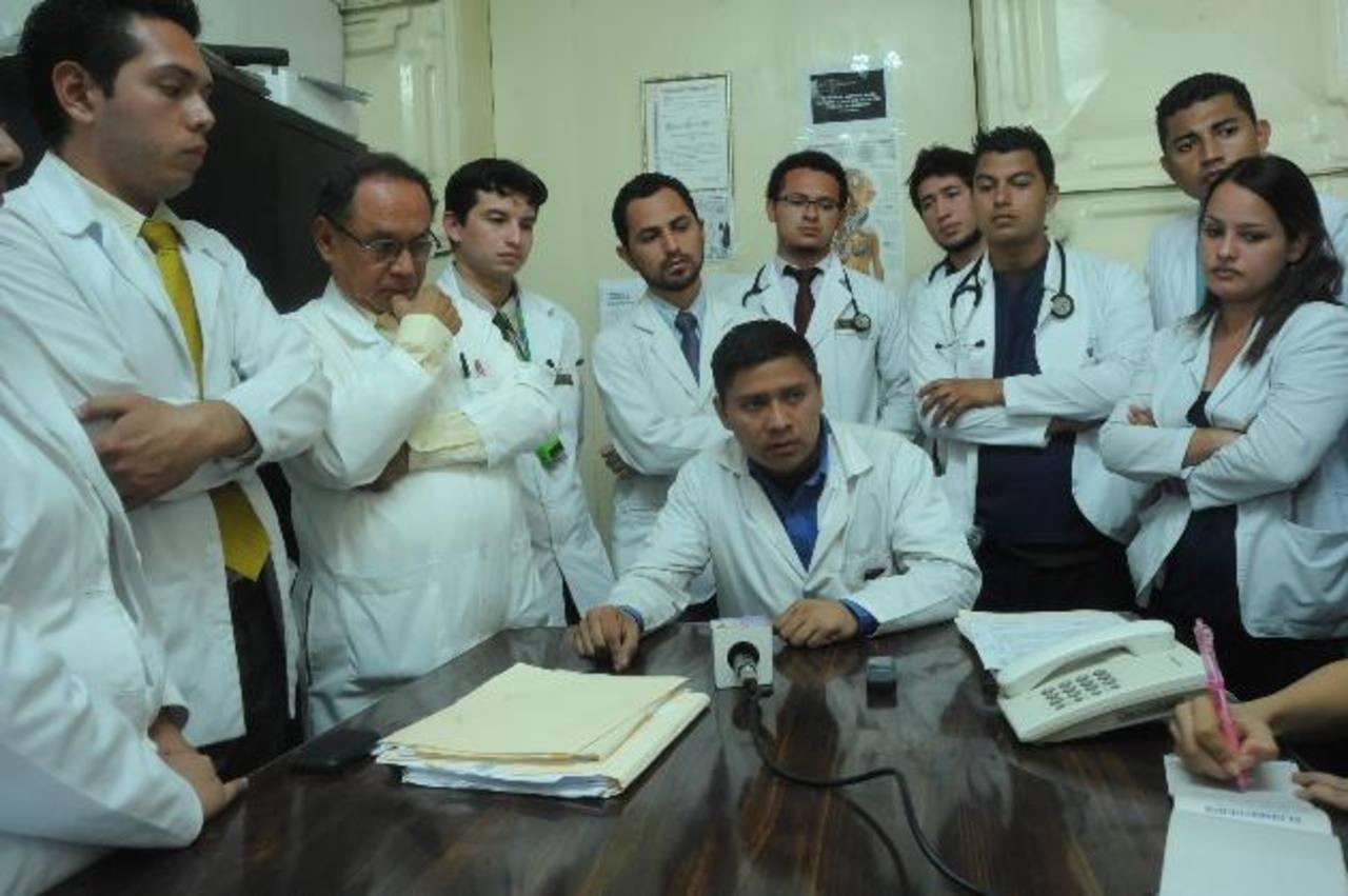 Estudiantes de medicina de último año son acompañados por el sindicato de médicos del hospital Rosales. Foto EDH/ L. Monterrosa