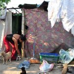La deuda pública, el bajo crecimiento y poca productividad también determinan fenómenos como la pobreza. Foto EDH
