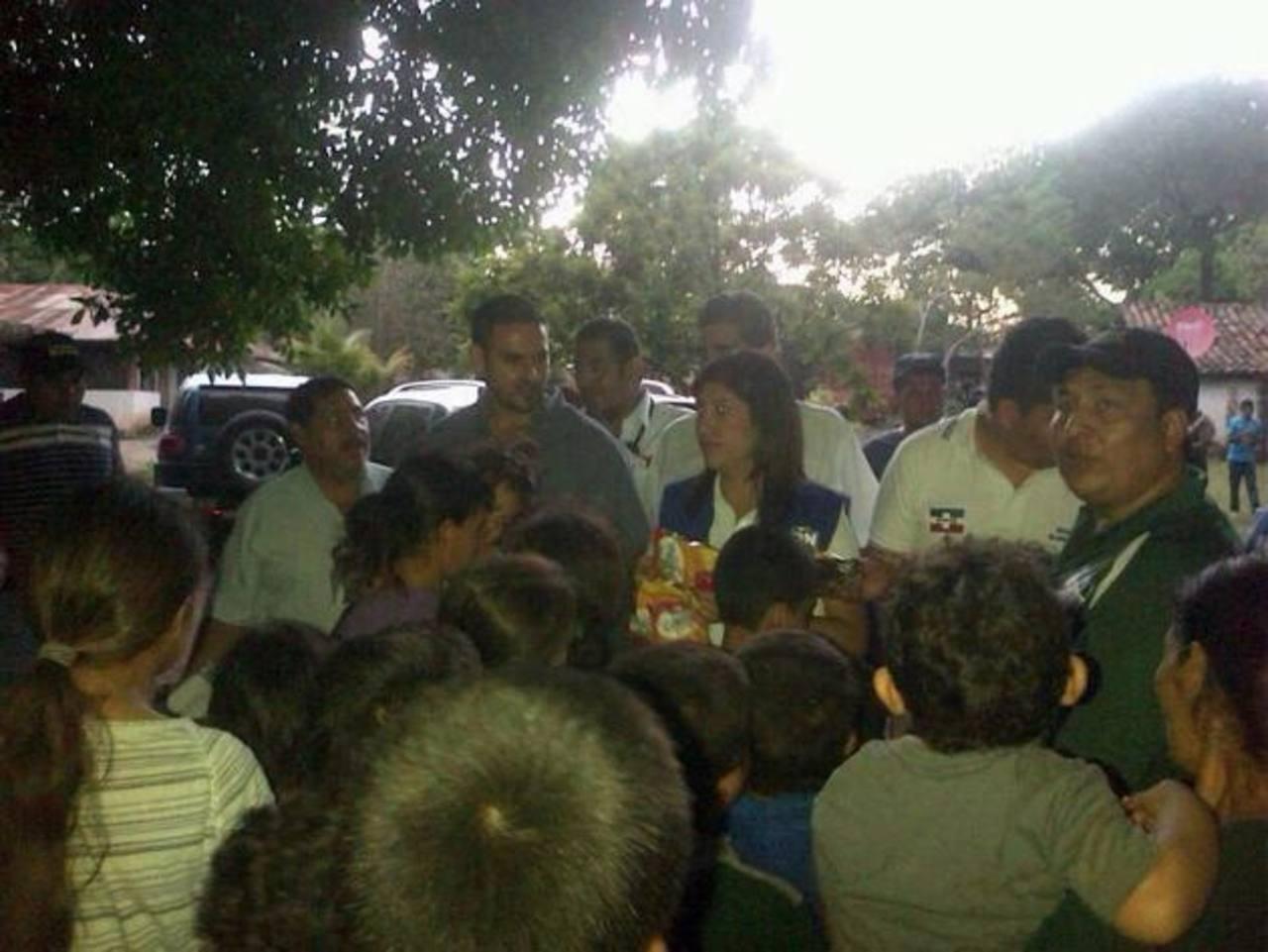 Liss Quijano encabezó ayer una caravana que llevó víveres y artículos de primera necesidad a las personas que fueron evacuadas de las faldas del volcán. Foto EDH / cortesía