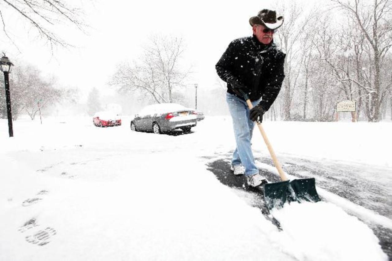 El fin de semana, una poderosa tormenta invernal arrojó nieve, aguanieve y lluvias heladas en varias regiones del centro de EE. UU. Pronósticos vaticinan que la semana comenzará con una tregua meteorológica.