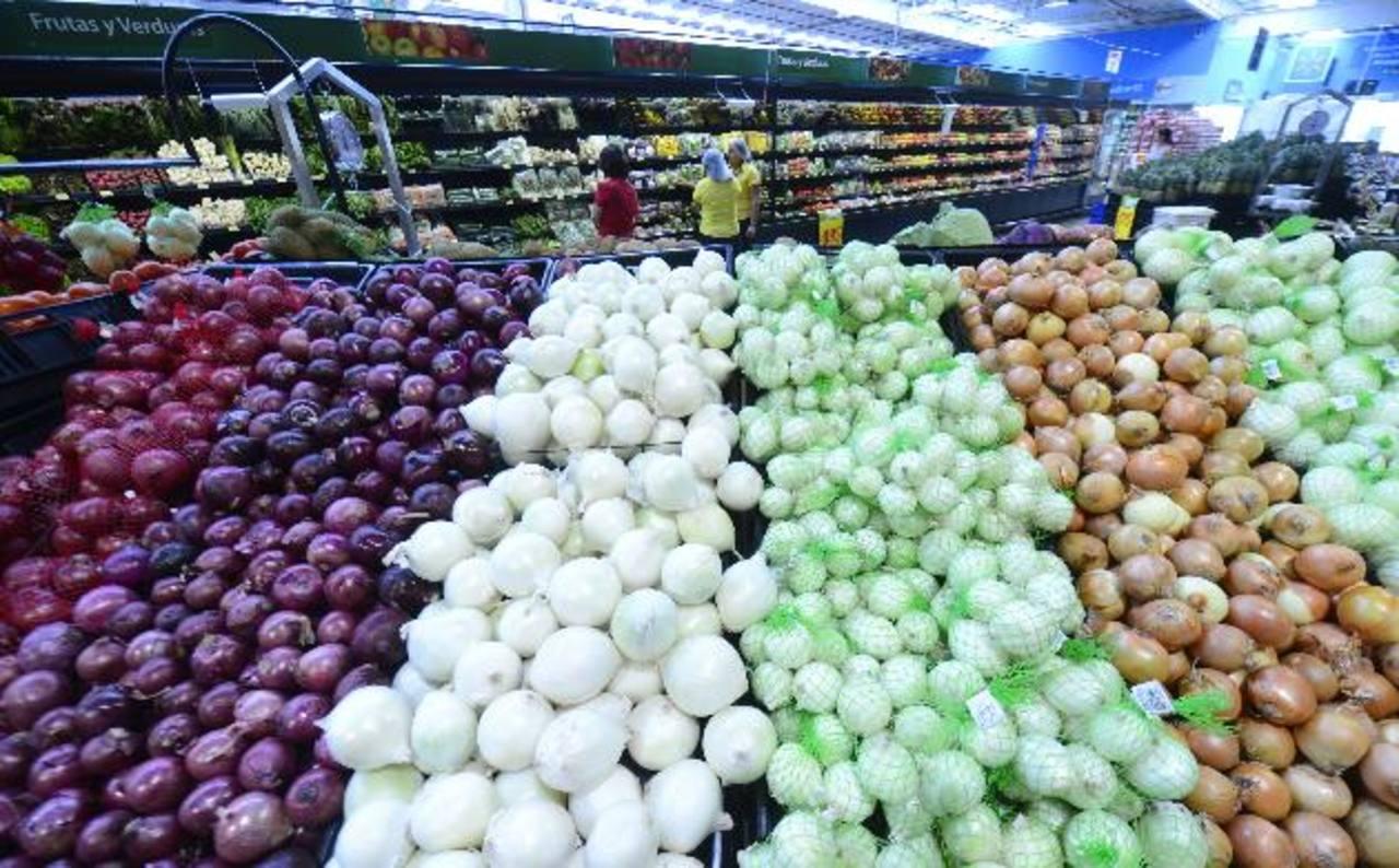 De los productos que la cadena oferta actualmente en el área de frutas y verduras 60 % es de producción nacional. Fotos edh / marvin recinos