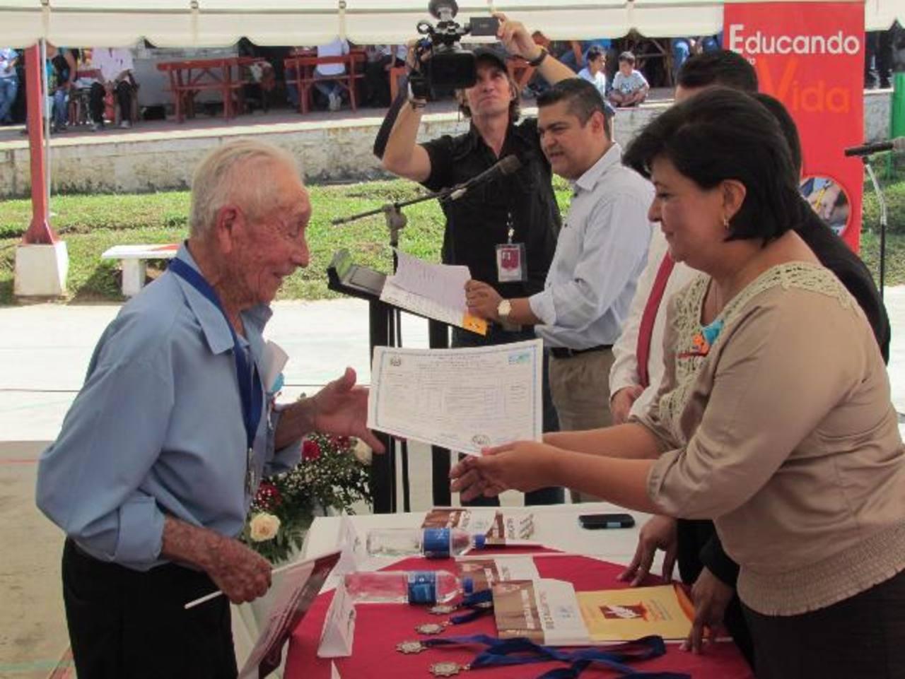 Don Andrés yanes fue una de las personas alfabetizadas. foto edh /mauricio guevara
