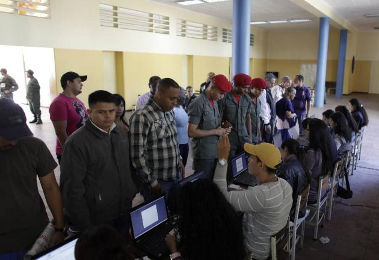 En medio de una intensa polarización y una crisis económica, los venezolanos votaron ayer en los comicios municipales.
