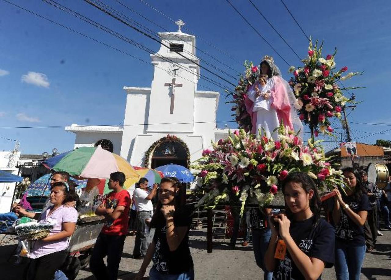 Las familias católicas ponen toda su creatividad en la vestimenta y carrozas de sus niños dioses. fotos edh /Marlon hernández