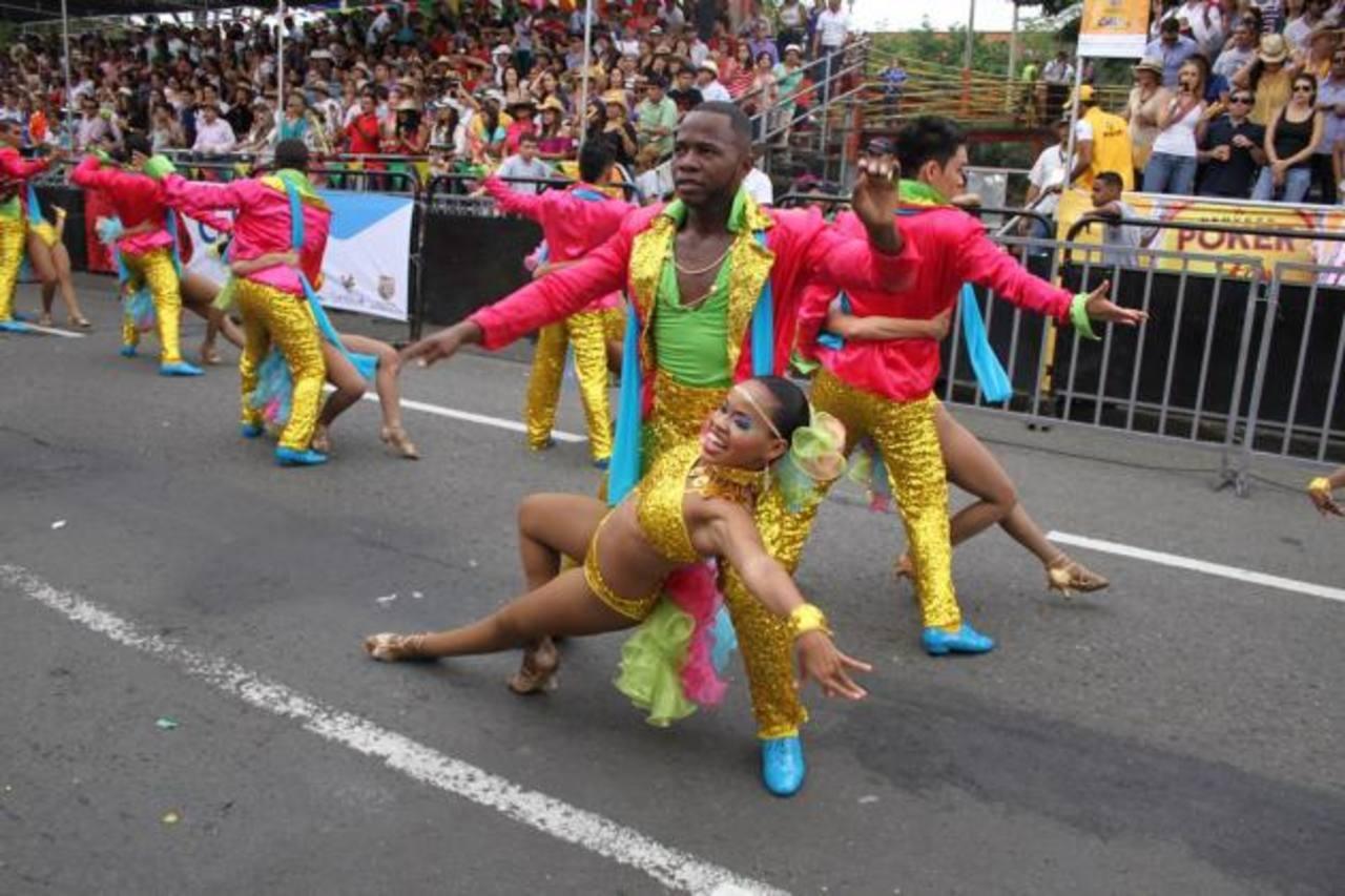 Durante el desfile inicial de la tradicional Feria, hubo derroche de color, música y baile. La alegría se puso de manifiesto en todo el recorrido.