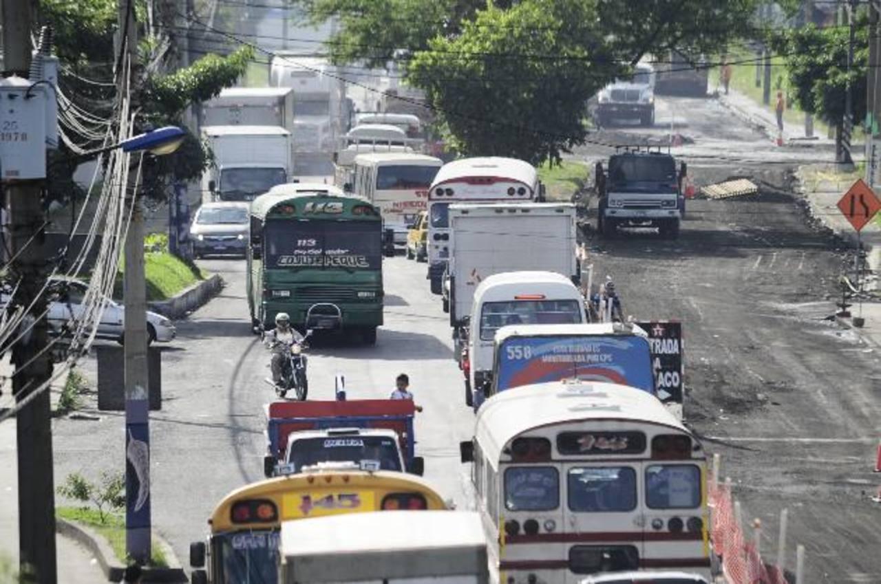 foto edh / JORGE REYESDesde la semana pasada, las obras del Fovial en la Panamericana han afectado la circulación normal y han generado embotellamientos vehiculares. Ayer colapsó la arteria.
