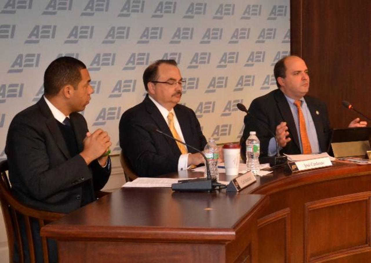 José Cárdenas (centro), articulista de Foreign Policy y director de Visión Américas, en un evento reciente. foto edh / archivo