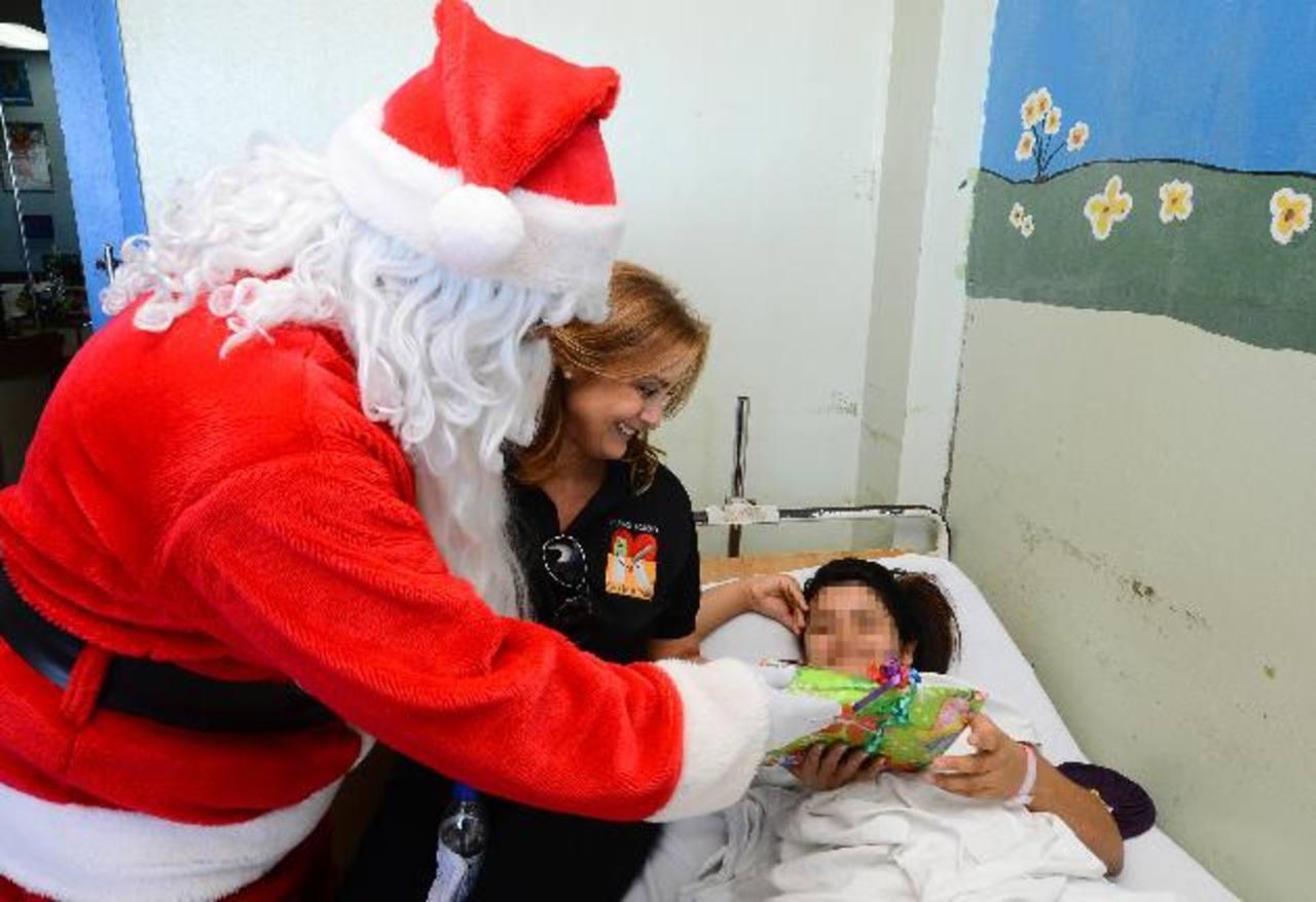 Doña Celina de Kriete, directora ejecutiva de la fundación, presidió la entrega de juguetes. foto s edh / mario amaya