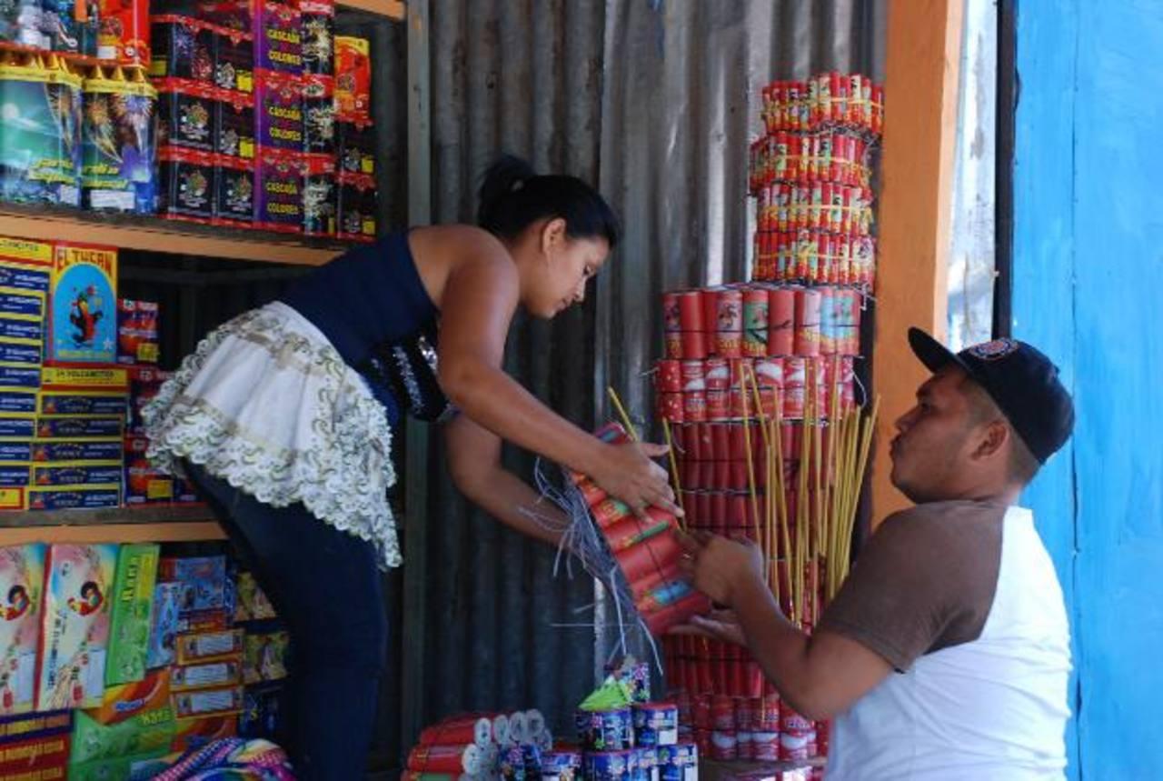 Los comerciantes esperan que la venta mejore de cara al fin de año. foto edh / carlos segoviaLas medidas preventivas que bomberos da a los vendedores se han mantenido a lo largo de la temporada.