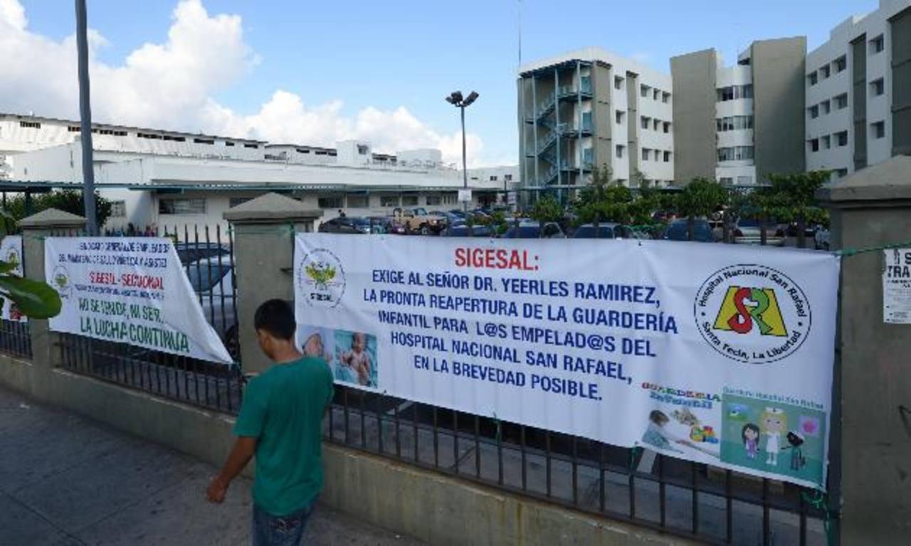 El sindicato ha colocado pancartas en la entrada del hospital San Rafael exigiendo la edificación de la guardería. foto edh /douglas urquilla