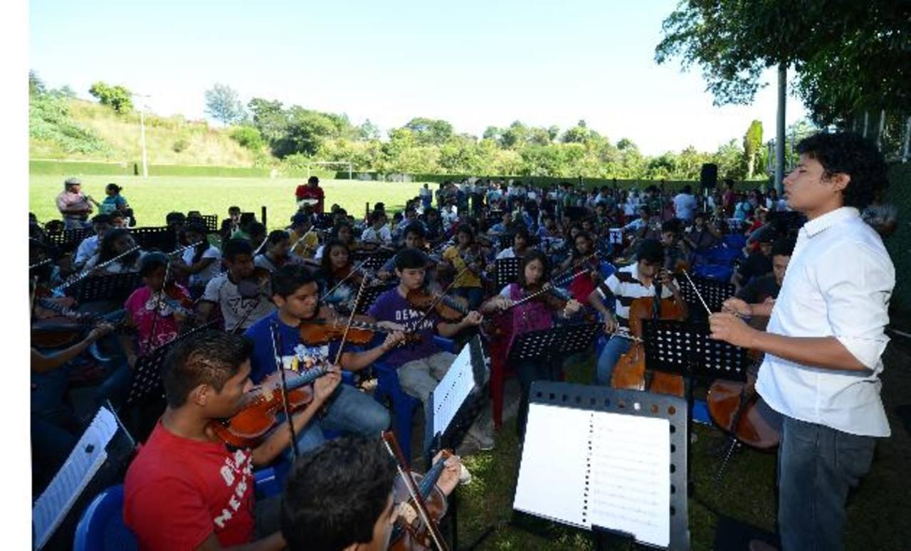 La Orquesta Sinfónica Juvenil Don Bosco ultima detalles para su presentación este sábado. foto edh / douglas urquilla