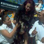 El can quemado con agua hirviendo fue llevado a la protesta FOTO EDH Marlon Hernández, vía Twitter.