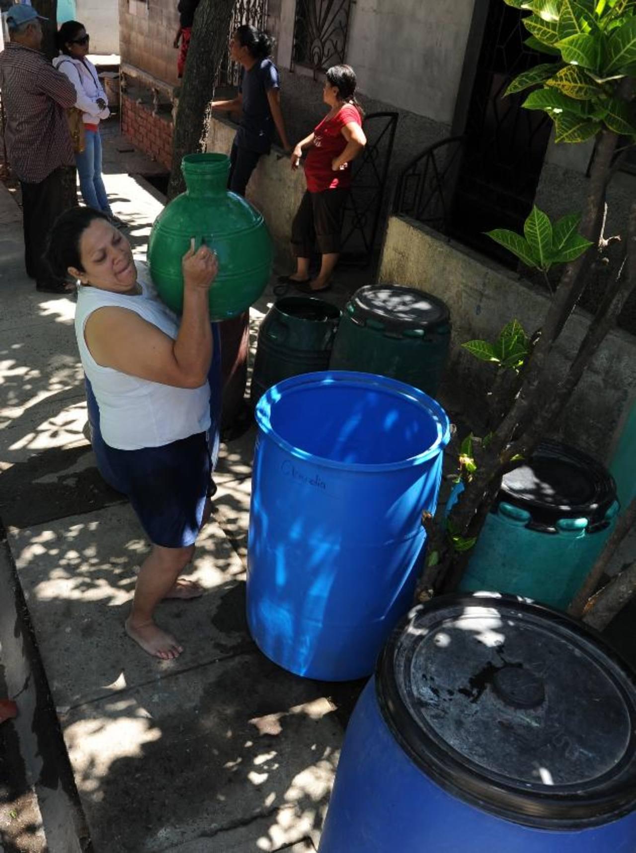 La comunidad se ha visto en la necesidad de comprar el agua y de usarla para los alimentos y otras necesidades. edh / archivo